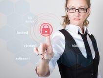 技术、互联网和网络概念 一件黑企业衬衣的美丽的妇女 妇女新闻打开按钮  库存照片