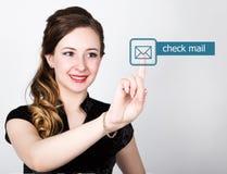 技术、互联网和网络概念 一件黑企业衬衣的美丽的妇女 妇女新闻检查在真正的邮件按钮 免版税库存图片