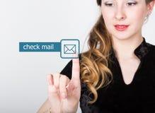 技术、互联网和网络概念 一件黑企业衬衣的美丽的妇女 妇女新闻检查邮件按钮 免版税库存照片