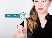 技术、互联网和网络概念 一件黑企业衬衣的美丽的妇女 妇女新闻检查邮件按钮 库存照片