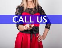 技术、互联网和网络概念 一件红色礼服的美丽的妇女有鞋带袖子的 妇女新闻告诉我们 免版税库存图片