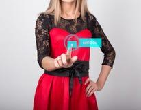 技术、互联网和网络概念 一件红色礼服的美丽的妇女有鞋带袖子的 妇女新闻开锁 库存图片