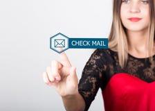 技术、互联网和网络概念 一件红色礼服的美丽的妇女有鞋带袖子的 妇女新闻检查邮件 图库摄影