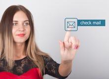 技术、互联网和网络概念 一件红色礼服的美丽的妇女有鞋带袖子的 妇女新闻检查邮件 库存图片