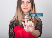 技术、互联网和网络概念 一件红色礼服的美丽的妇女有鞋带袖子的 妇女新闻检查邮件 免版税库存照片