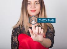 技术、互联网和网络概念 一件红色礼服的美丽的妇女有鞋带袖子的 妇女新闻检查邮件 库存照片