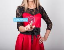 技术、互联网和网络概念 一件红色礼服的美丽的妇女有鞋带袖子的 妇女新闻送邮件 免版税库存图片
