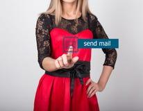 技术、互联网和网络概念 一件红色礼服的美丽的妇女有鞋带袖子的 妇女新闻送邮件 免版税库存照片