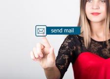 技术、互联网和网络概念 一件红色礼服的美丽的妇女有鞋带袖子的 妇女新闻送邮件 库存图片