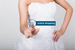 技术、互联网和网络概念 时尚婚礼礼服的美丽的新娘 新娘按网上购物 免版税库存照片