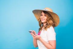 技术、人们和现代设备概念-在电话,在蓝色背景的短信的消息的微笑的妇女文字与 图库摄影