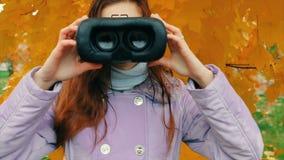 技术、虚拟现实、娱乐和人概念-女孩给虚拟现实风镜 影视素材