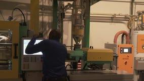 技术制造过程的示范设计师的细节在乐高工厂在迪拜 股票录像