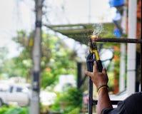 技术员使用热焊接钢 图库摄影