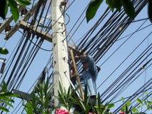 技术员安装和修理维护光纤缆绳 库存图片