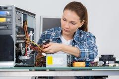 技术员定象缆绳在服务器屋子里 库存照片