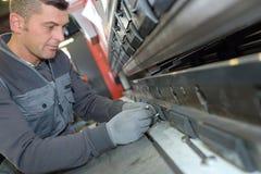 技术员工作在金属制品工厂 免版税库存图片