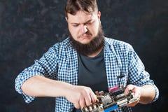 技术员工程师修理个人计算机主板 图库摄影