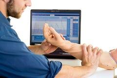 技术员帮助有义肢胳膊的人 测试胳膊假肢的作用 免版税图库摄影