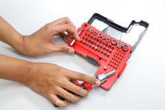 技术员手拿着修理和维护的螺丝刀 免版税库存图片