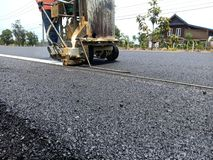 技术员研究沥青表面上的交通线 库存图片