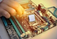 技术员聚集的计算机硬件的手分开 库存照片