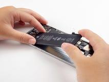 技术员设法替换苹果计算机iPhone电池 库存照片