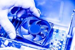 技术员递安装CPU致冷机爱好者在计算机个人计算机主板 被定调子的图象 图库摄影