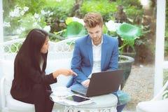 技术和办公室概念-两商人和妇女有膝上型计算机的 库存照片