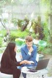 技术和办公室概念-两商人和妇女有膝上型计算机的 图库摄影