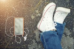 技术和生活方式概念 特写镜头鞋子和机动性与 免版税库存图片