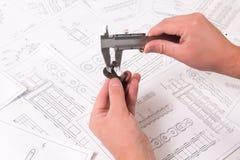 技术图画、轮尺和驱动胶辊链子 工程学、技术和金属工艺 细节的轮尺测量  免版税图库摄影