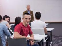 技术学生团体在计算机实验室学校教室 免版税库存图片