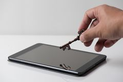 技术安全概念 人` s手打开桌的举行钥匙 库存图片