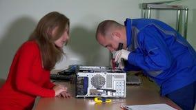 技术工程师人解释好奇顾客妇女计算机问题 影视素材