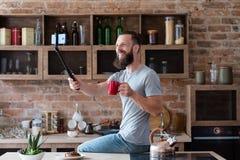 技术照片视频电话selfie人厨房 库存图片