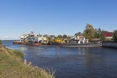 技术舰队船在入口的对Belozersky从白色湖的旁路运河在Belozersk附近沃洛格达州雷希奥镇  库存照片