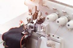 技术,制造业,手工造概念 紧密在缝纫机的最重要的细节 免版税库存图片