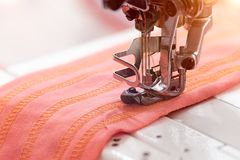 技术,制造业,手工造概念 紧密在缝纫机的最重要的细节 免版税图库摄影
