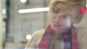 技术 使用电话的妇女在户内咖啡馆的通信的 股票录像