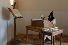 抄写员修士在一间屋子里在Citeaux修道院里 免版税库存照片