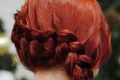把一根` s头发,美发师工作编成辫子 库存图片