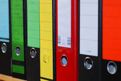 把五颜六色的文件杂志装箱 图库摄影