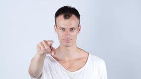 把他的手指指向的一个年轻人的画象您 免版税库存图片