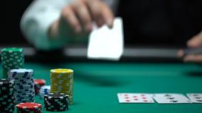 把卡片放的赌博娱乐场经销商在选材台,扑克牌游戏,赌博,特写镜头上 股票录像