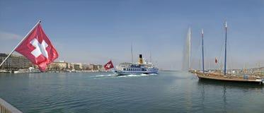 把口岸留在的游览小船在日内瓦瑞士 免版税图库摄影