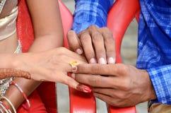 把圆环放的Ndian新郎在印地安新娘上 免版税库存照片