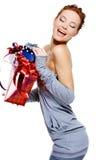 把圣诞节藏品笑的妇女装箱 免版税库存照片