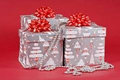 把圣诞节装饰的礼品装箱 免版税库存图片