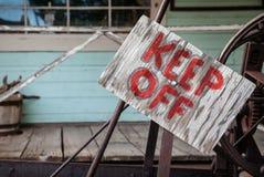把在木板材的标志关在外面 免版税库存照片